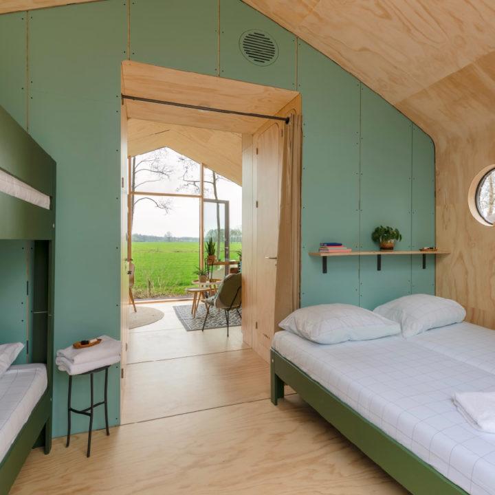 Mintgroene wanden in het Wikkelhouse, slaapkamer met plaats voor vier personen
