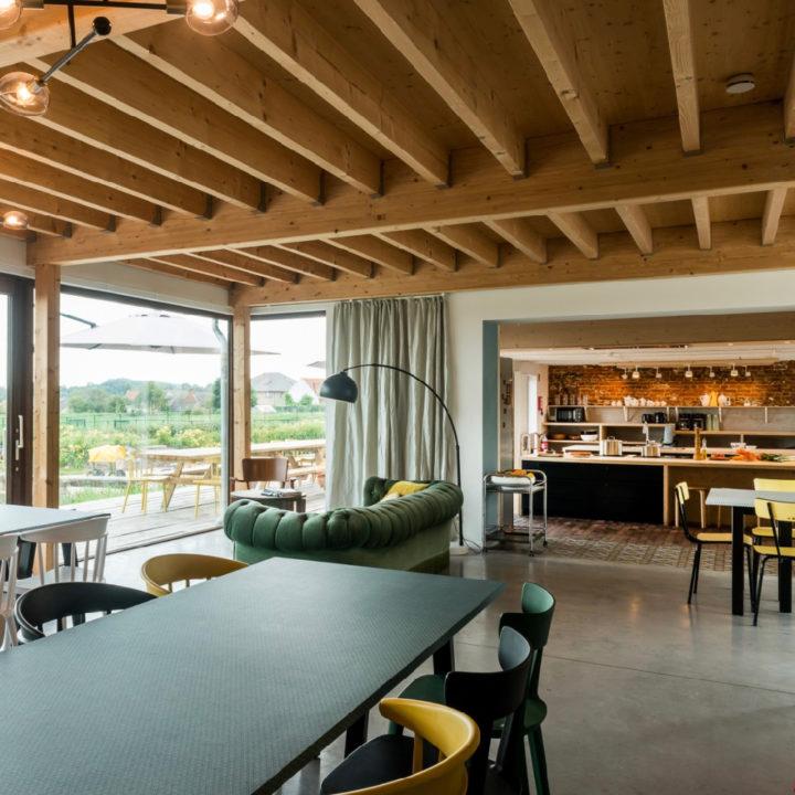 Doorkijk van de eetkamer naar de gezellige woonkamer