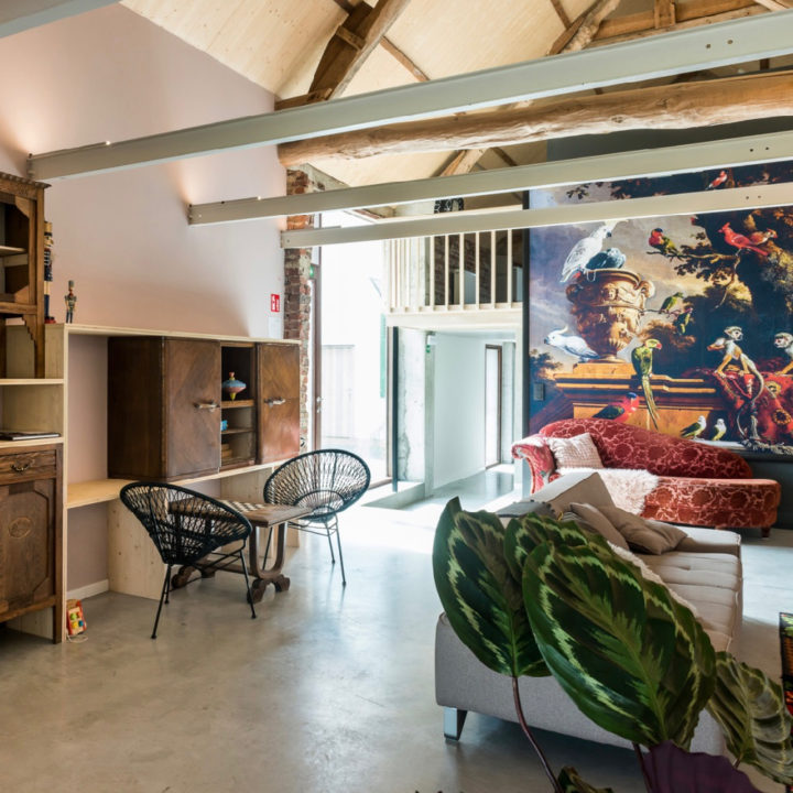 Groepsaccommodatie met planten, zithoek, muurschildering