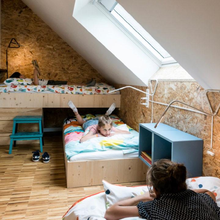 Kinderslaapkamer met drie bedden in de groepsaccommodatie