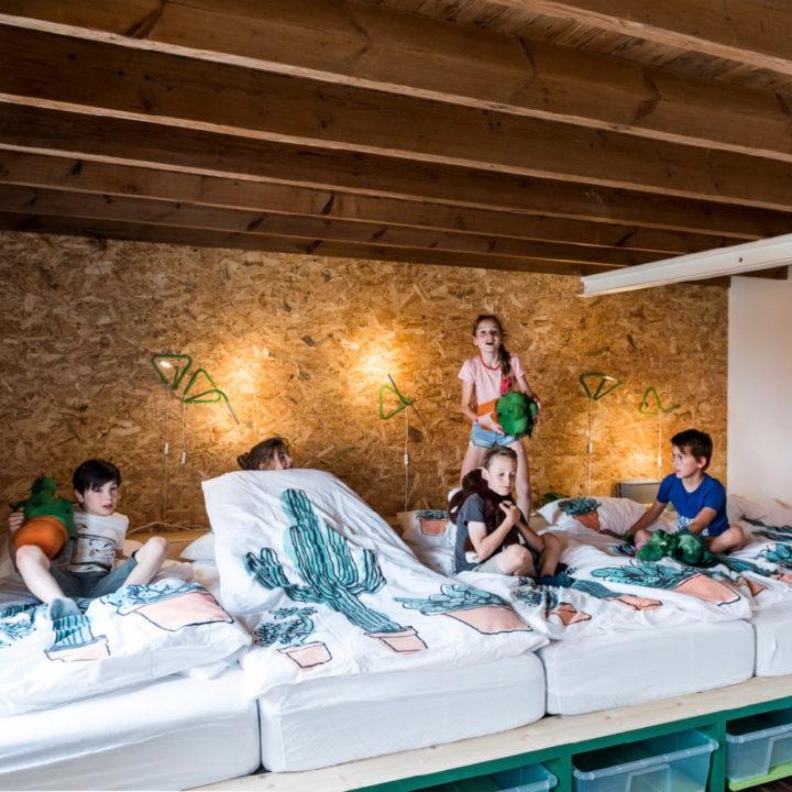 Vierpersoons bed in een slaapkamer in de groepsaccommodatie