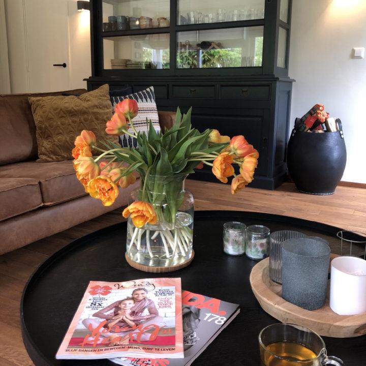 Tulpen op tafel met tijdschriften ernaast
