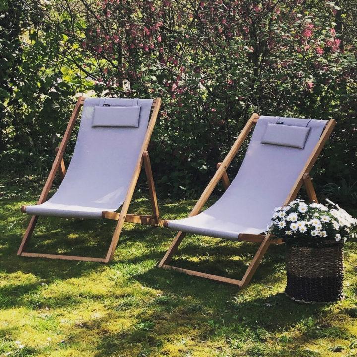 Ligstoelen in de tuin van het vakantiehuis op Terschelling