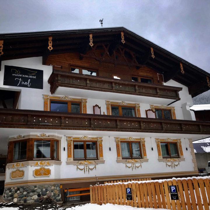 Authentiek gevel van een gasthaus in Oostenrijk