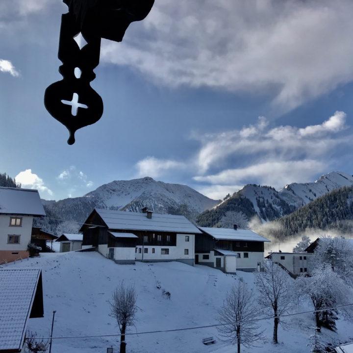 Uitzicht op het besneeuwde bergdorp