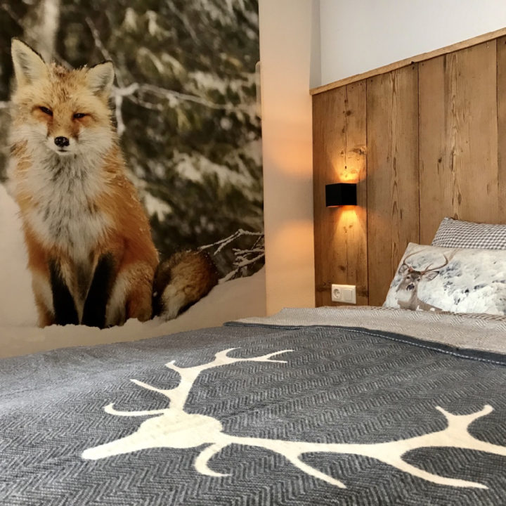 Close-up slaapkamer met vos aan de muur