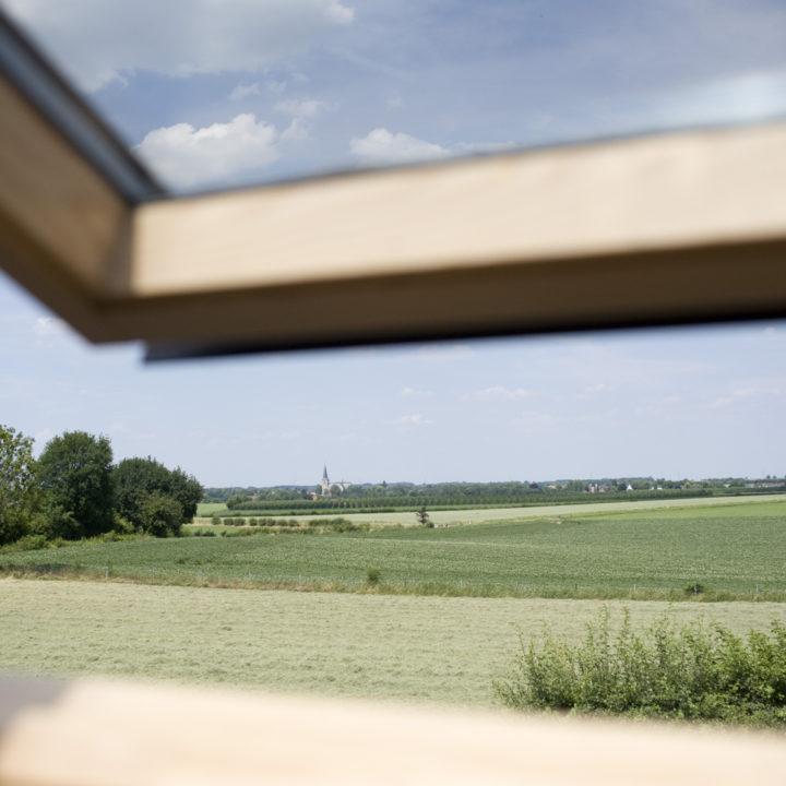 Dakraam met zicht over de Limburgse heuvels