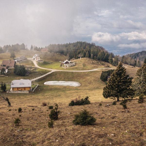 Glooiende hellingen met vakantiehuizen in Slovenië
