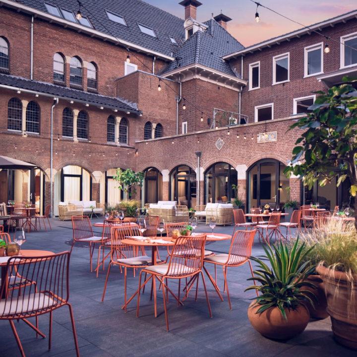 Terras op de binnenplaats van het hotel