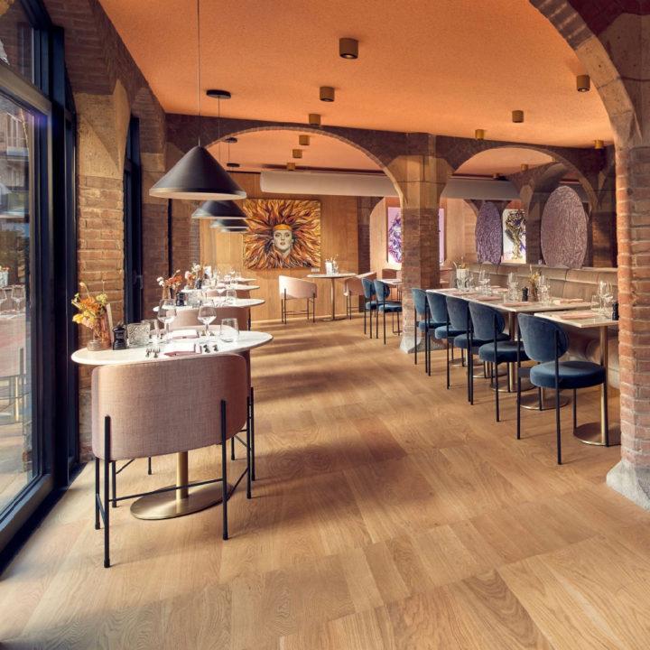 Stijlvol restaurant met aardetinten