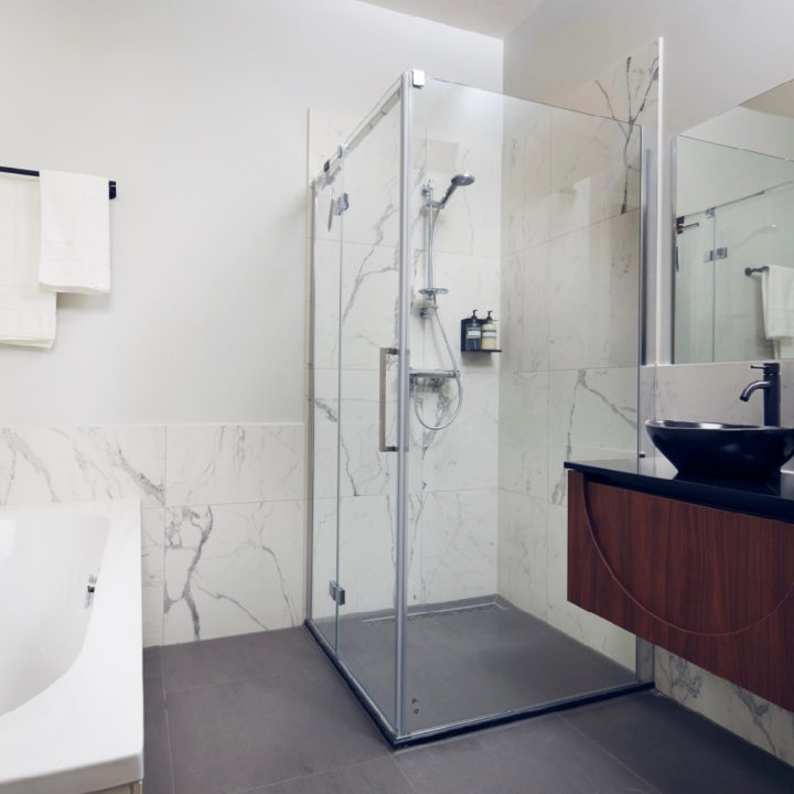 Moderne badkamer met marmer