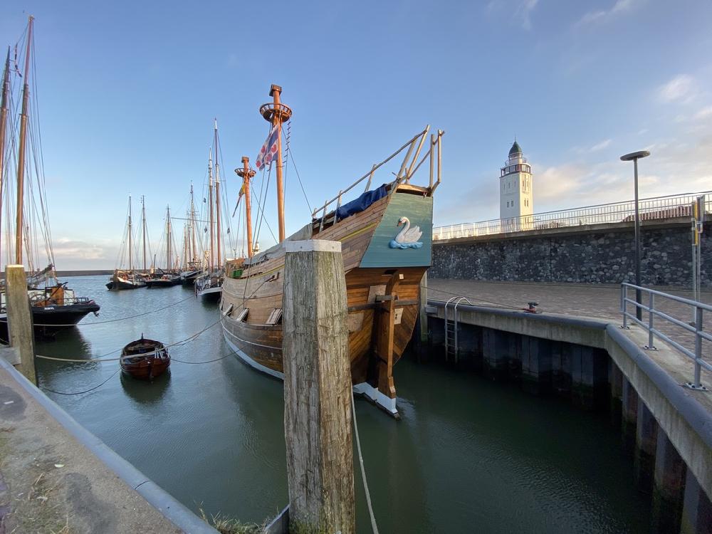 Haven van Harlingen met oud schip en de vuurtoren