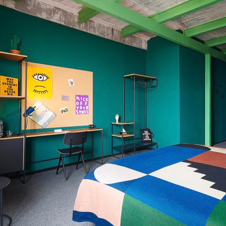 Suite met felle kleuren in het Student Hotel