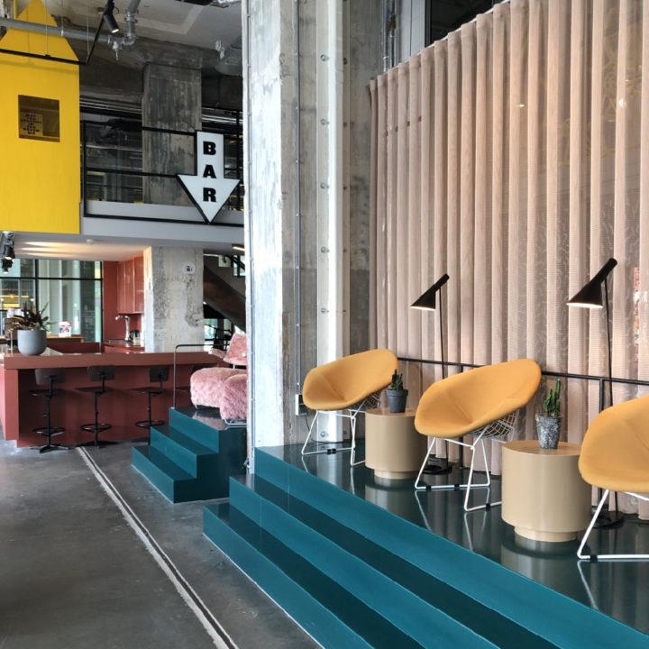 Industriële ruimte met loungehoek