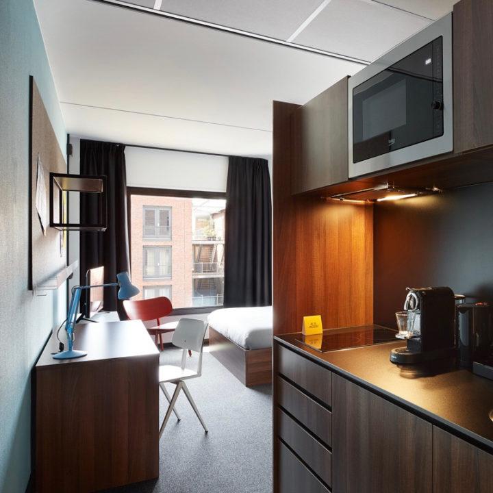 Hotelkamer met keukenblokje