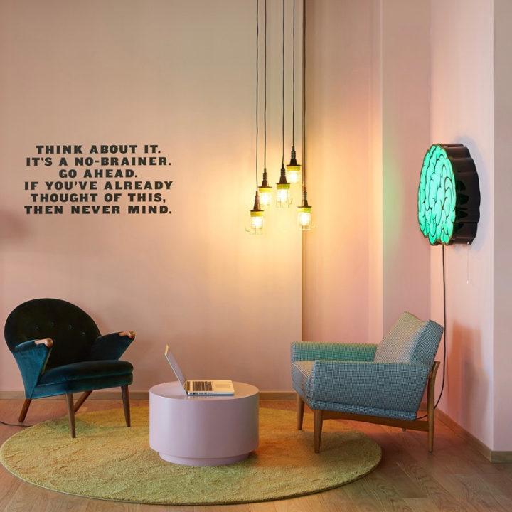 Rustig hoekje met fauteuil en roze want