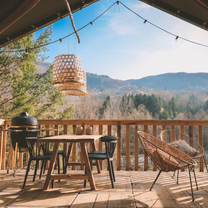 Zicht vanuit een safaritent in Toscane op de veranda en heuvels