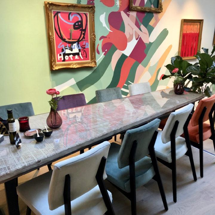 Lange tafel in het restaurant