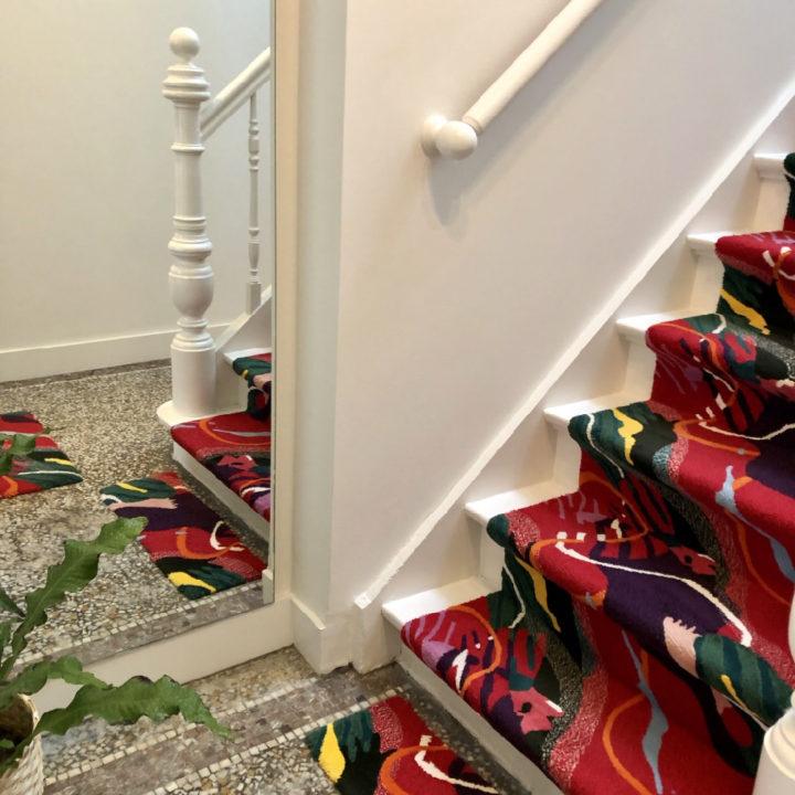 Bijzonder trappenhuis met rode loper