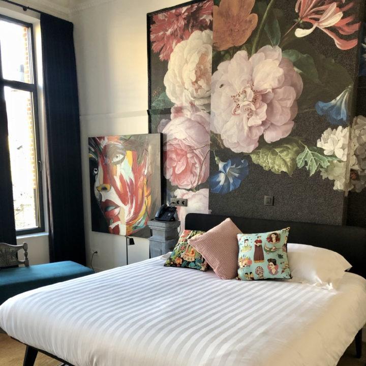 Groot bloemenbehang boven het bed