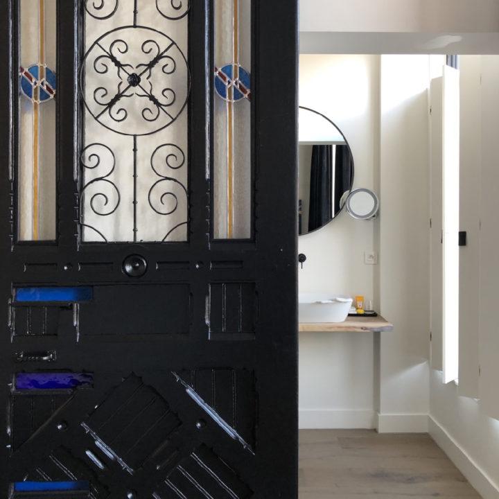 Authentiek deur voor de badkamer