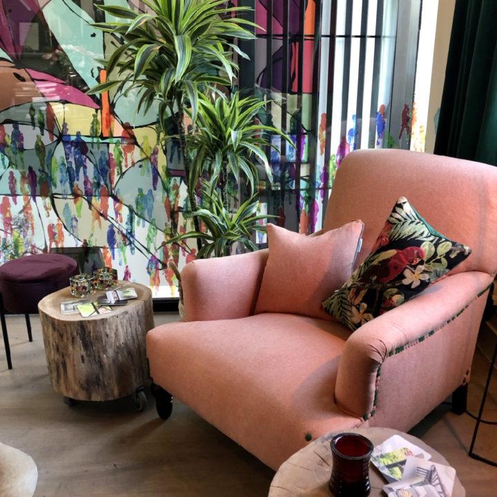 Roze fauteuils met planten ernaast