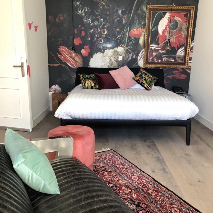 Een van de kleurrijke slaapkamers