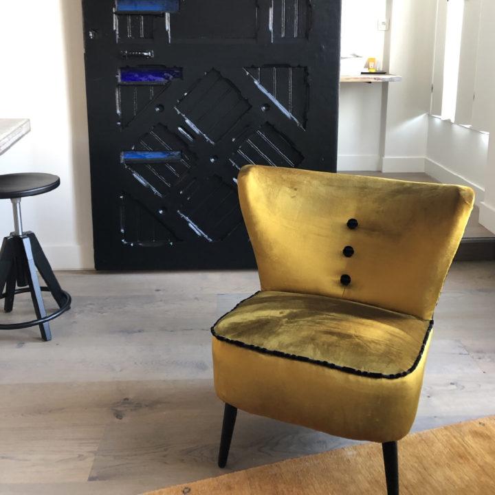 Goudkleurig stoeltje in hotelkamer