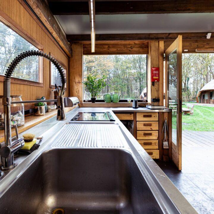 Keuken met stalen aanrecht