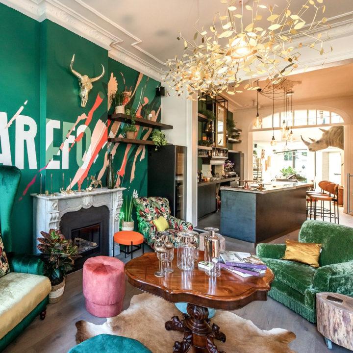 Loungeruimte met veel kleur voor de gasten