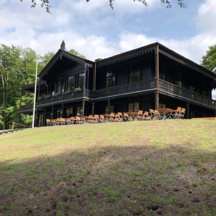 Restaurant met terras op een heuvel in het bos