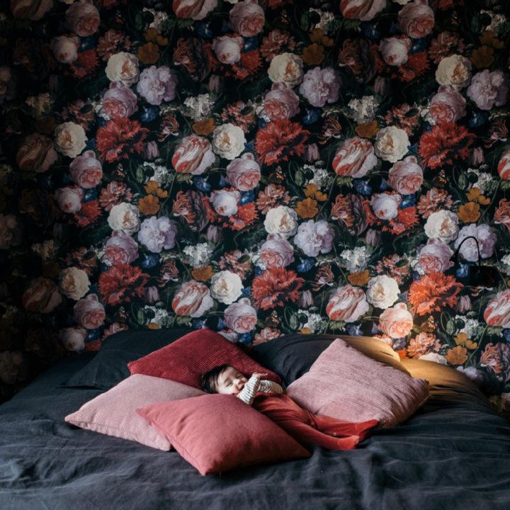 Kindje op bed tussen de kussens