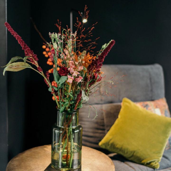 Bos bloemen met fauteuil op de achtergrond
