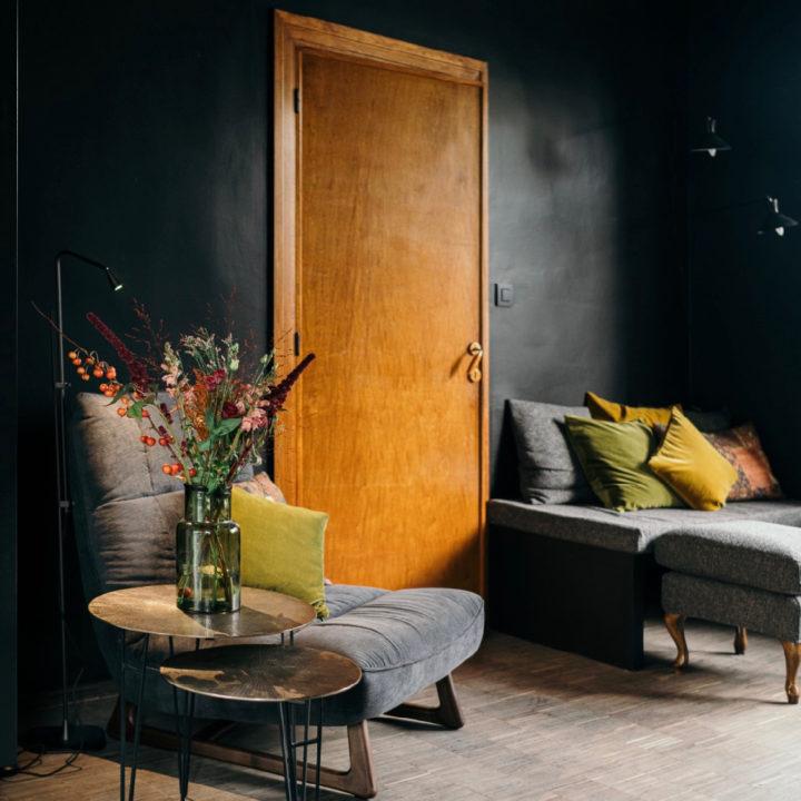 Zwarte woonkamer met gekleurde kussens