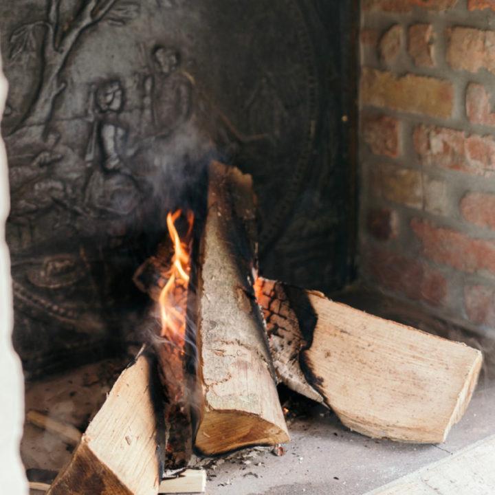 Brandend hout in de haard van het vakantiehuis
