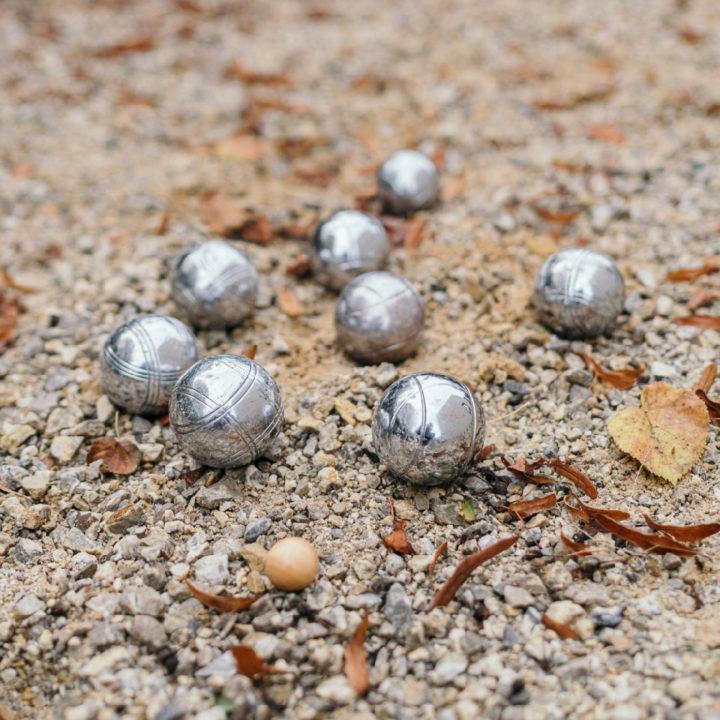 Zilveren ballen in het grind