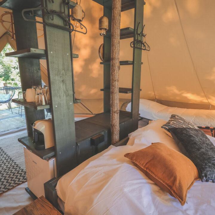Belltent met kast en opgemaakt bed in Toscane
