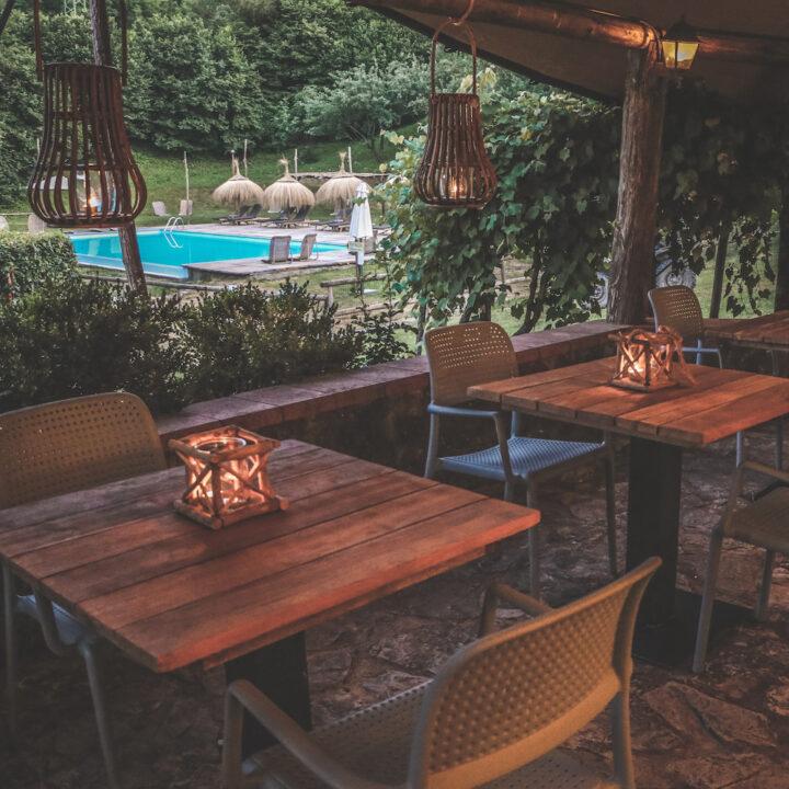 Restaurant met zicht op zwembad in Toscane