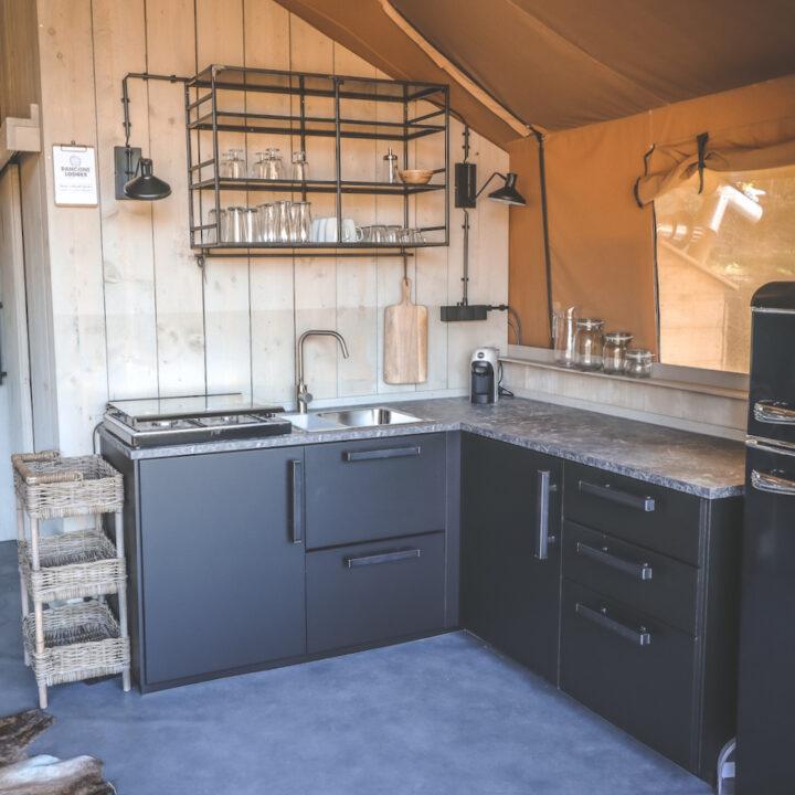 Zwart trendy keukenblok in de safaritent