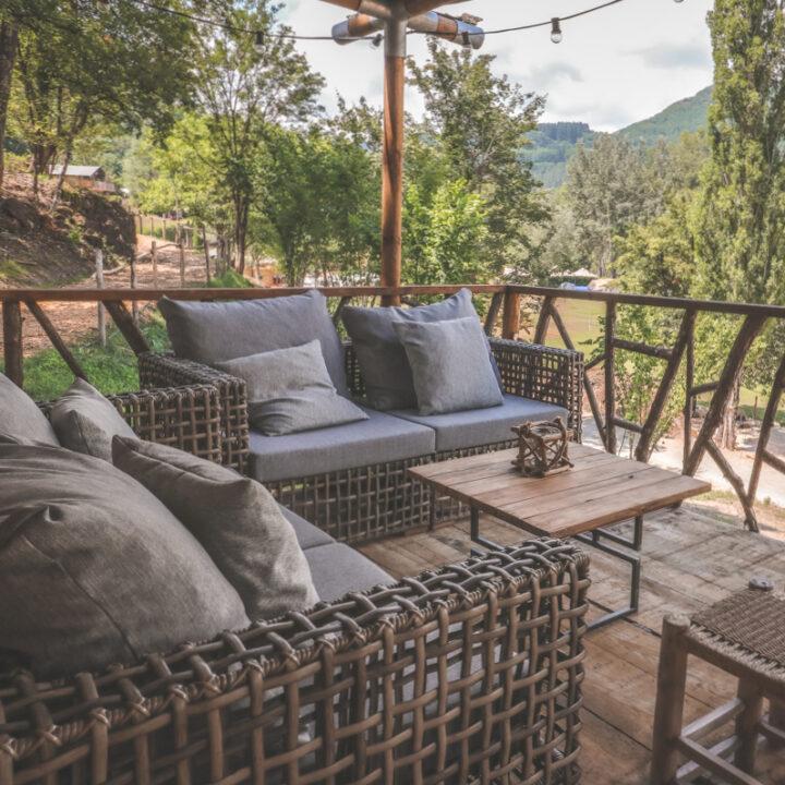 Loungebanken op de veranda van de safaritent