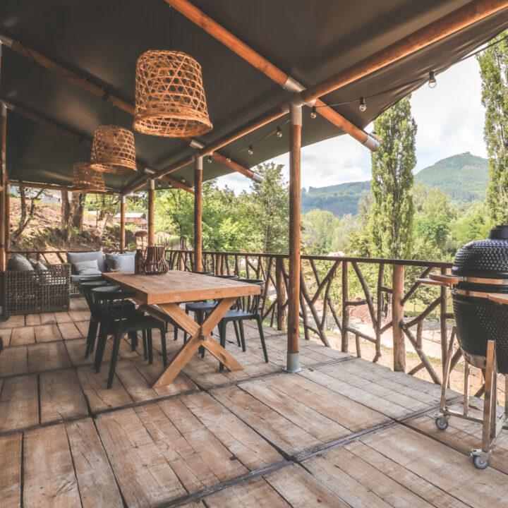 Luxe safaritenten met veranda met tafel en green egg