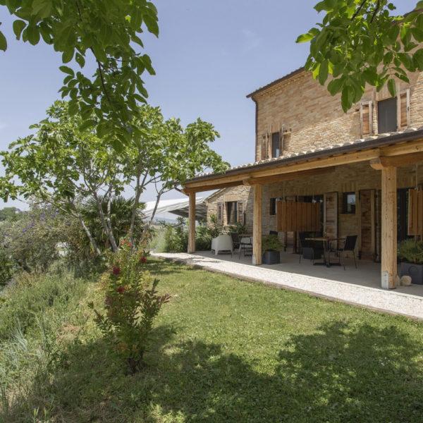 Overdekte veranda bij de agriturismo in Le Marche