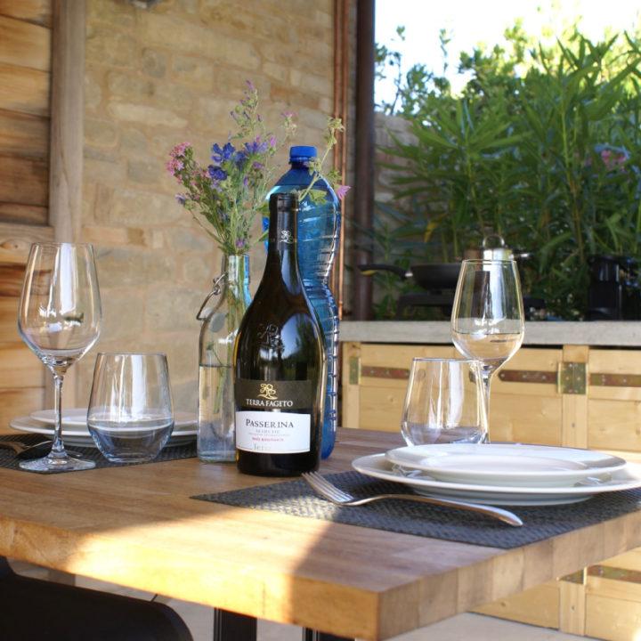 Diner met rode wijn bij agriturismo in de Marken
