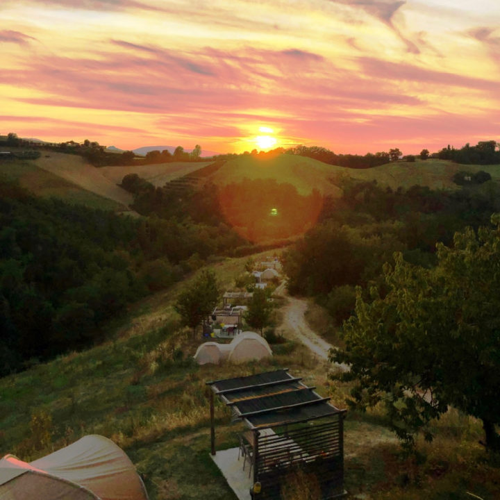 Zonsondergang boven de heuvels van Le Marche