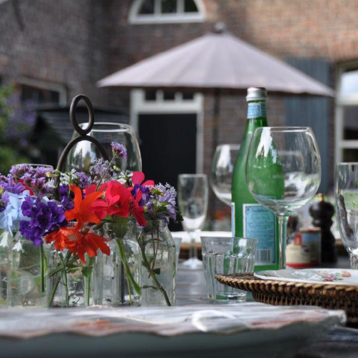 Gedekte tafel in de tuin van de kasteelboerderij
