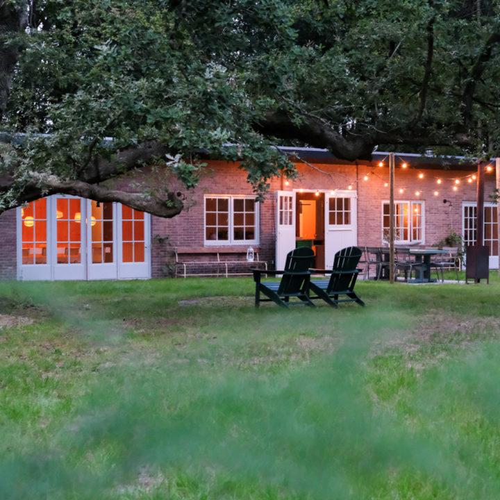 Vakantiehuis met verlichting in het bos