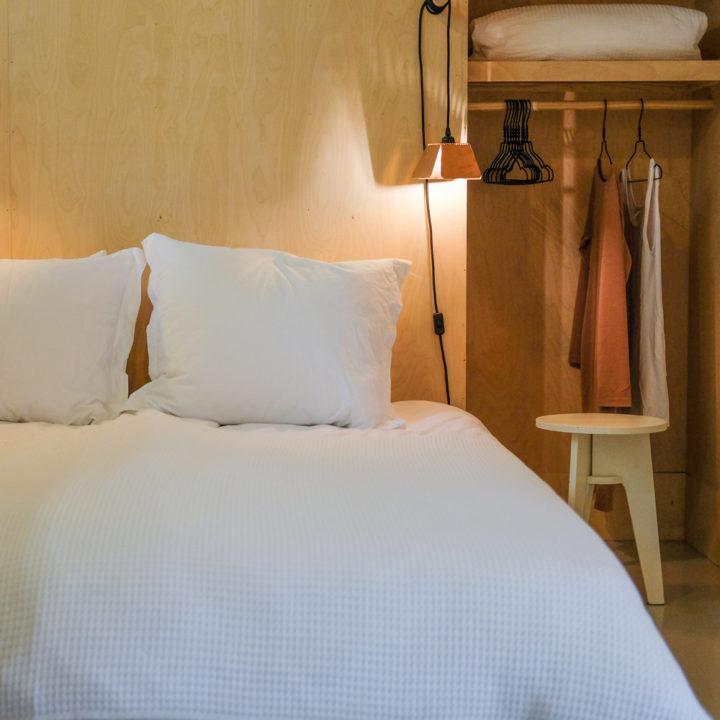 Brandend nachtlampje naast het bed