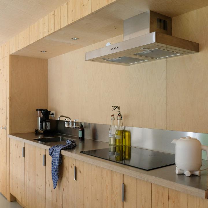 Houten keuken in vakantiehuis in het bos
