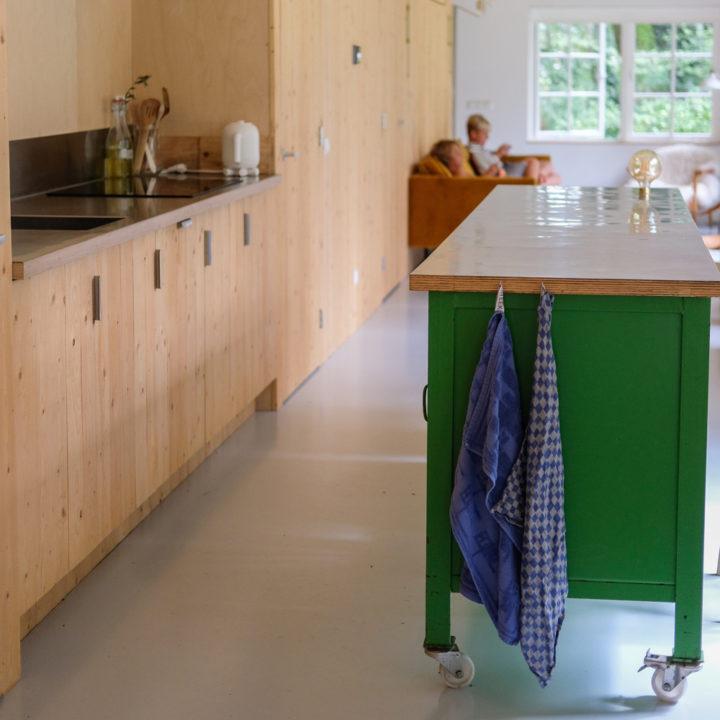 Open keuken met groen kookeiland