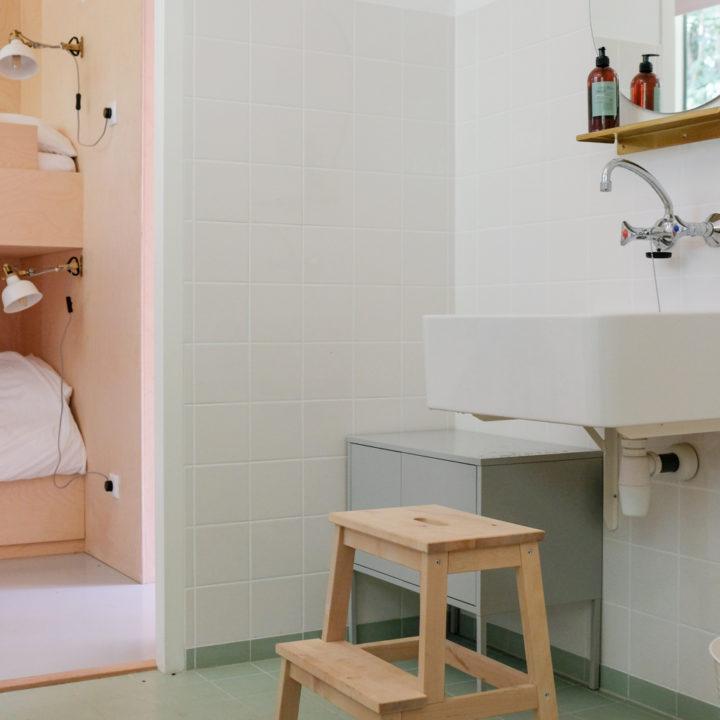 Badkamer van een huisje in het bos